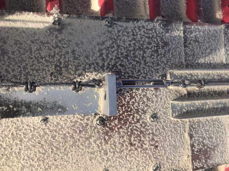 Ausstieg und Steigleiter ist nicht nach NORM! Absturzgefahr, Unfallgefahr!